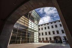 Modern och forntida arkitektur, CCCB-Centro de Cultura Contemporania de Barcelona, konstmitt, upptar gamla Casa de Caritat, El Ra Arkivfoton