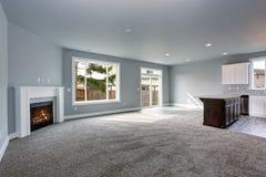 Modern och fullständigt grå inre av hemmet royaltyfria foton