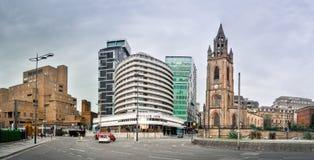 Modern och gammal byggnad i den Liverpool staden arkivfoto