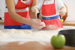 Modern och hennes gulliga dotterhänder förbereder degen på trätabellen Hemlagad bakelse för bröd eller pizza bagerit Fotografering för Bildbyråer