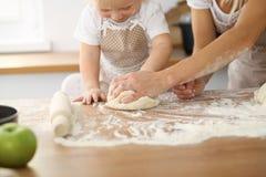 Modern och hennes gulliga dotterhänder förbereder degen på trätabellen Hemlagad bakelse för bröd eller pizza bagerit Royaltyfria Bilder