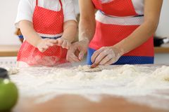 Modern och hennes gulliga dotterhänder förbereder degen på trätabellen Hemlagad bakelse för bröd eller pizza bagerit Royaltyfria Foton