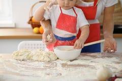 Modern och hennes gulliga dotterhänder förbereder degen på trätabellen Hemlagad bakelse för bröd eller pizza bagerit Arkivbild