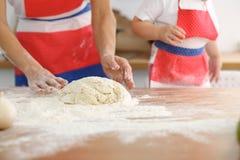 Modern och hennes gulliga dotterhänder förbereder degen på trätabellen Hemlagad bakelse för bröd eller pizza bagerit Arkivbilder
