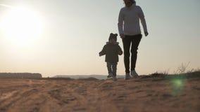 Modern och hennes lilla son g?r p? rymma h?nder, begrepp av moderskap och barndom arkivfilmer