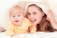 Modern och hennes små behandla som ett barn att spela royaltyfria bilder