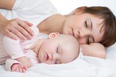 Modern och hon behandla som ett barn flickan som tillsammans sovar Arkivbild