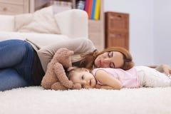 Modern och hon behandla som ett barn har en ta sig en tupplur Royaltyfri Foto