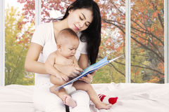 Modern och hon behandla som ett barn läste berättelseboken Arkivbilder