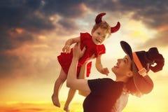 Modern och hon behandla som ett barn på allhelgonaafton Royaltyfri Fotografi