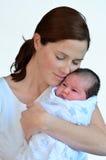 Modern och nyfött behandla som ett barn att kyssa och att krama Royaltyfria Foton