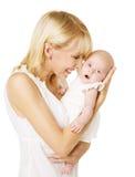 Modern och nyfött behandla som ett barn, den lyckliga kvinnan som rymmer nyfödd dotternolla Royaltyfri Bild