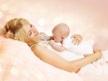 Modern och nyfött behandla som ett barn, den lyckliga mamman som rymmer den nyfödda ungen Arkivbild