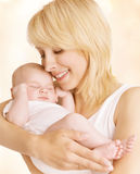 Modern och nyfött behandla som ett barn familjståenden, den nyfödda kvinnaomfamningen Arkivbilder