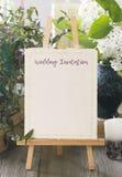 Modern och ren mall för bröllopinbjudankort med bukett f Arkivfoto