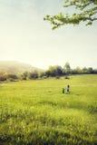 Modern och sonen går i fält Fotografering för Bildbyråer
