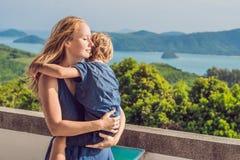 Modern och sonen i bakgrunden av den tropiska stranden landskap panorama Det härliga turkoshavet avfärdar med fartyg och arkivbilder