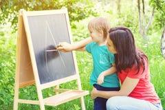 Modern och sonen lär det utomhus- alfabetet Royaltyfri Bild