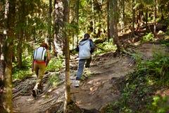 Modern och sonen som går på en vandring, skuggar Royaltyfri Fotografi
