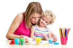 Modern och ungen spelar tillsammans Arkivfoto