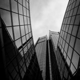 Modern och visionär skyskrapa med många fönster och reflexion Royaltyfria Foton