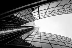 Modern och visionär skyskrapa med många fönster och reflexion Royaltyfri Foto
