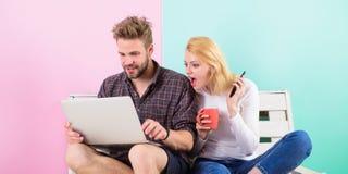 Modern ockupation Par som surfar det sociala nätverket för internetutnämninginnehåll Chockerande innehåll Nöjda skapare för par royaltyfri foto