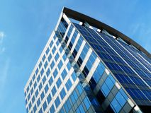 Modern office building. Jutting upward into the sky Royalty Free Stock Photos