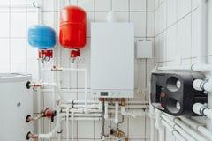 Modern onafhankelijk verwarmingssysteem in ketelruim royalty-vrije stock foto's