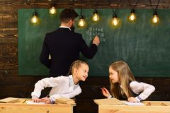 Modern onderwijs modern onderwijs in retro school modern onderwijs voor twee meisjes Modern onderwijsconcept nieuw Royalty-vrije Stock Afbeelding