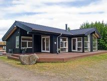 Modern ontwerp aantrekkelijk houten huis Stock Afbeeldingen