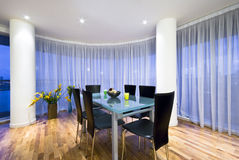 Modern open plan het dineren gebied in een penthouse stock afbeeldingen