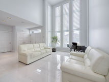 Modern open woonkamergebied met marmeren vloeren royalty-vrije stock afbeeldingen