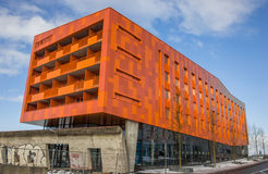 Modern orange hyreshus i Groningen Arkivbilder