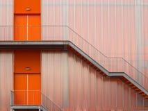 Modern orange trappa för brandflykt Arkivfoto