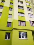 Modern paneelflatgebouw met plastic vensters en geïsoleerde muren royalty-vrije stock fotografie