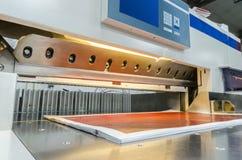 Modern pappers- giljotin med pekskärmen som används i kommersiell printingbransch Royaltyfri Bild