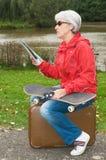 Modern pensionär på ferie royaltyfri bild