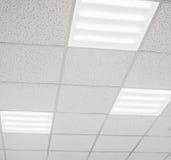 Modern plafond met LEIDENE lampen stock afbeeldingen