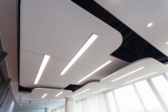Modern plafond met verlichting royalty-vrije stock afbeelding