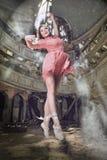 modern posera stiltheatre för dansare Arkivbilder