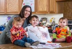 Modern poserar med barn Royaltyfria Bilder