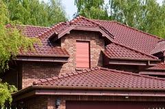 Modern privé huis met rode baksteen en tegel Stock Fotografie