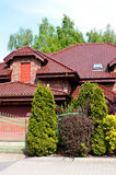 Modern privé huis met rode baksteen en tegel stock foto