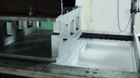 Modern produktion av behållare från säkert material för matlagringscloseup stock video