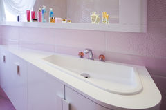 Modern purple bathroom Royalty Free Stock Images