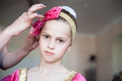 Modern räcker den korrekta hatten av den unga gulliga flickan för ryssdansareballerina inomhus Royaltyfri Foto