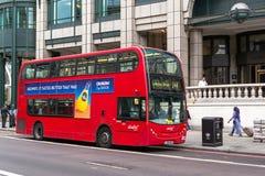 Modern röd buss i London Bishopsgate Arkivbilder