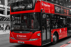 Modern röd buss i London Bishopsgate Royaltyfri Fotografi