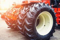 Modern röd traktor med stora hjul Royaltyfri Bild